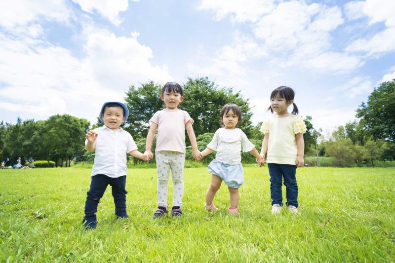 手を繋いでいる子ども達の写真
