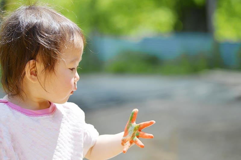 手が汚れている子どもの写真