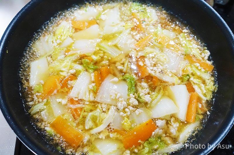 野菜たっぷり八宝菜 材料を煮込んでいる写真